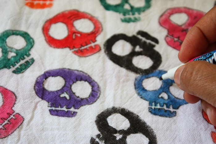 In honor of Dia de los Muertos, make your own sugar skull kitchen toalla (towel) using a potato stamp, fabric paint and a white flour sack towel.